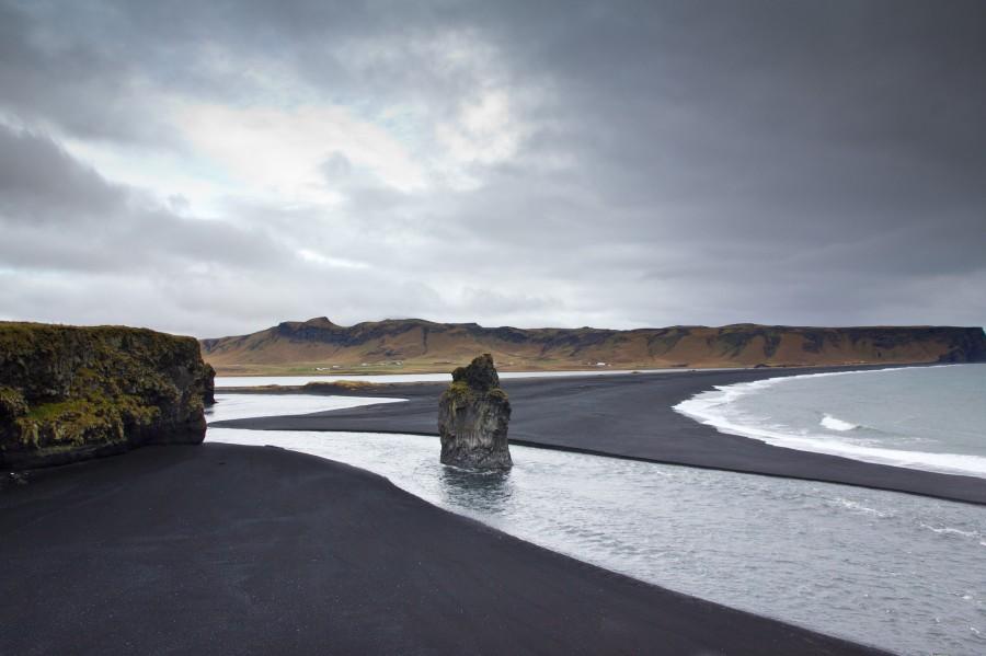 Black Sand Beach, Vik, Iceland [OC][2048×1365]