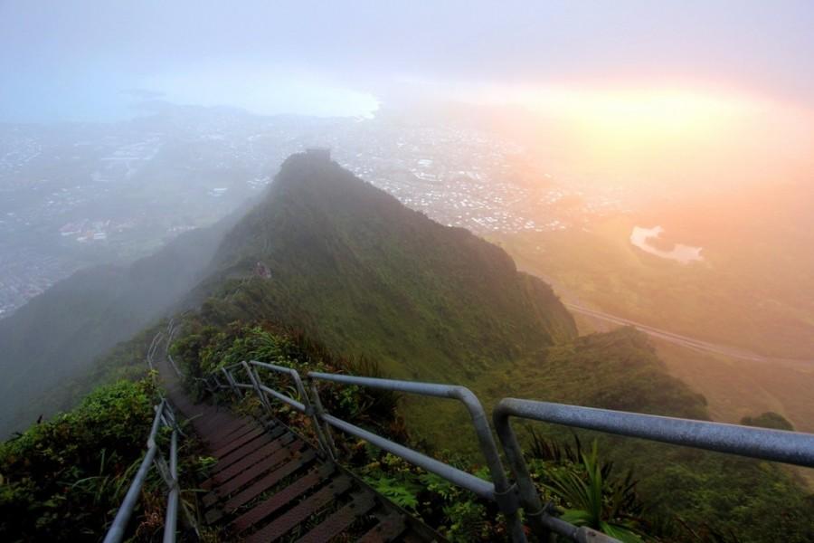 Haiku Stairs of Oahu in Hawaii, United States [990×660]