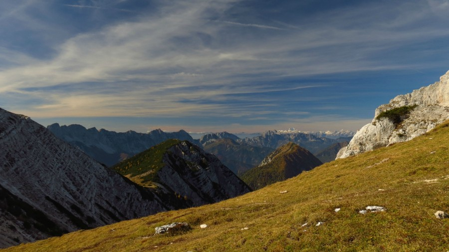 Autumn Karawanks mountain range (border between Slovenia and Austria), with slovenian Julian Alps in background, taken from HochObir mountain in Carinthia. [4000×2280] [OC]