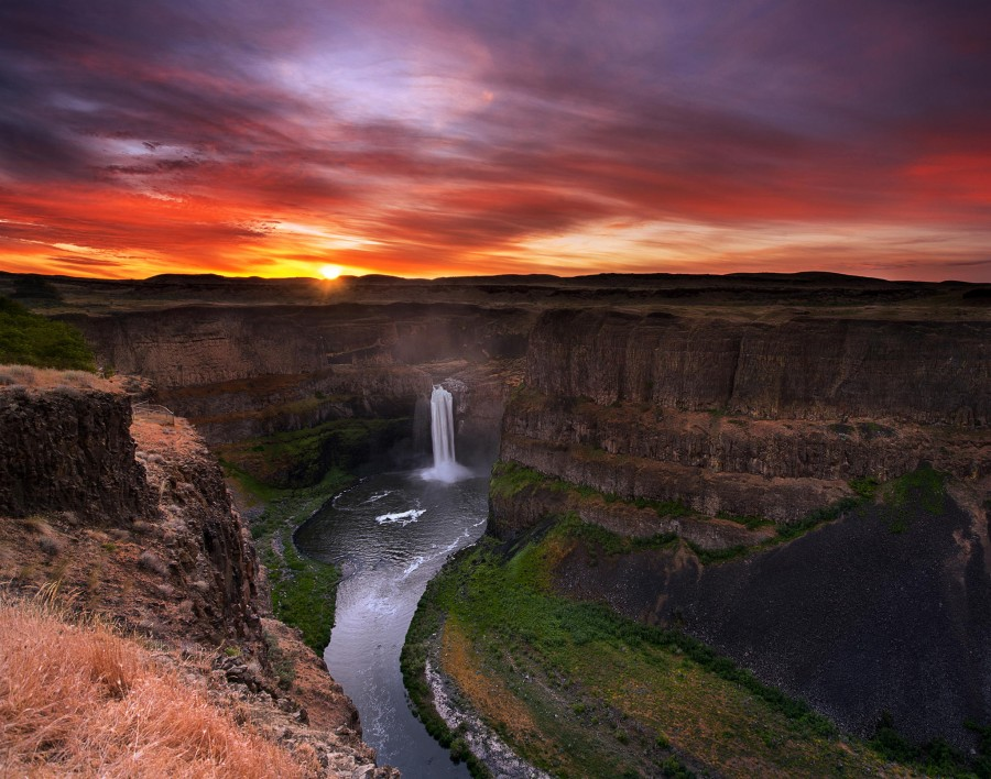 First Light at Palouse Falls, Washington State [2048×1613][OS]