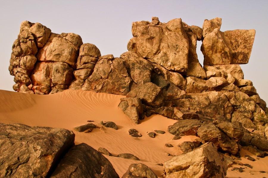 Rock and sand landscape of Adrar plateau, Mauritania [2956 x 1971] photo Franck Zecchin