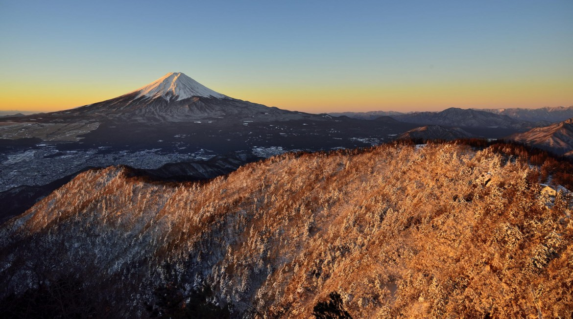 """Morning glow"" – A breathtaking view of Mount Fuji from Mt. Mitsutoge [2048×1143][OS] photo by Takashi N"