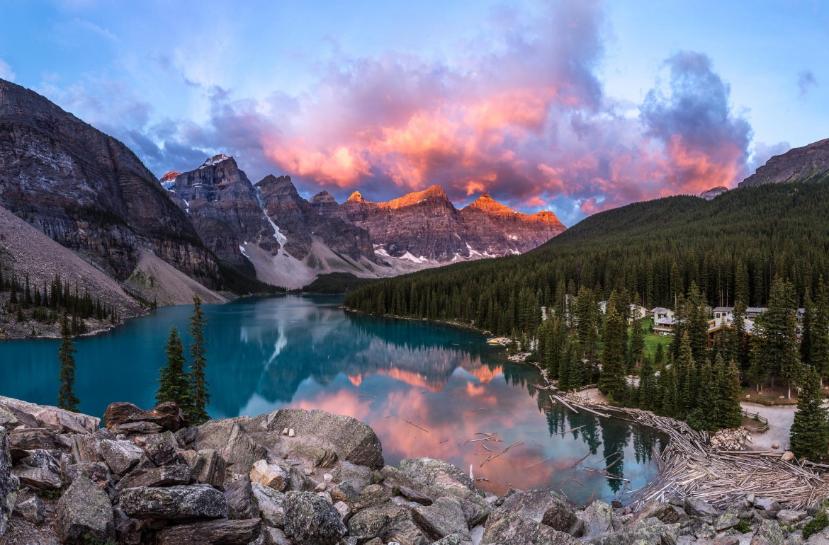 A beautiful morning sunrise in Moraine Lake, Banff National Park, Canada [2048×1349]