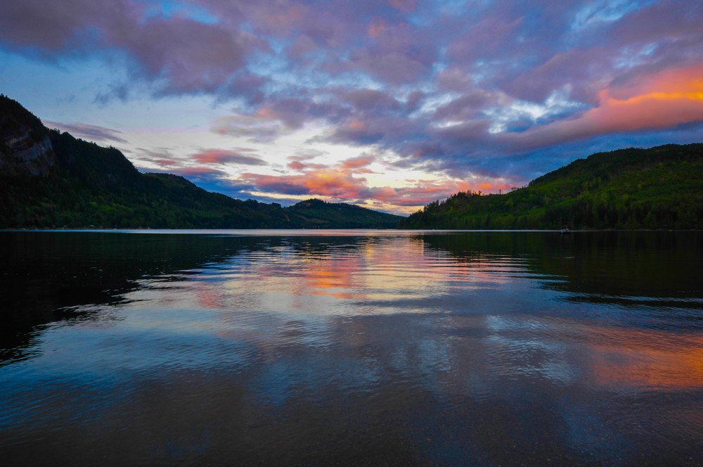 Sunset at Horne Lake, British Columbia [OC] [796×529]