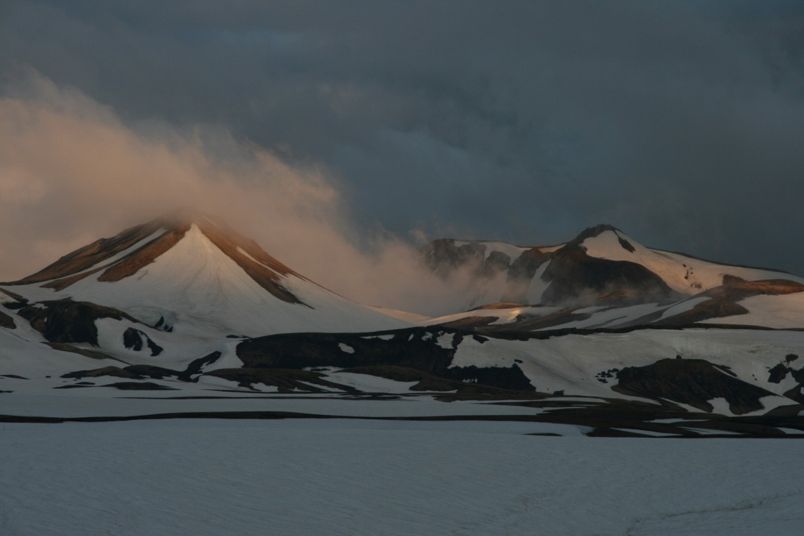 Sunset in the Icelandic mountains on the Landmannalauger to Þórsmörk hiking trail [0C][1800×1200]