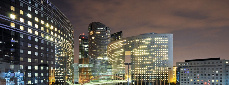 1280px-La_Défense_de_nuit,_Paris,_France_2