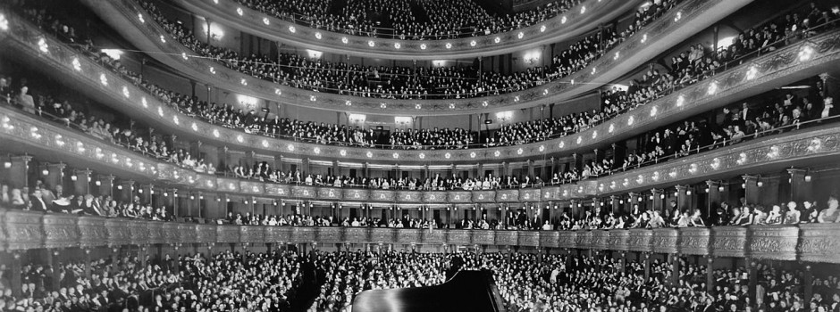 1280px-Metropolitan_Opera_House,_a_concert_by_pianist_Josef_Hofmann_-_NARA_541890_-_Edit